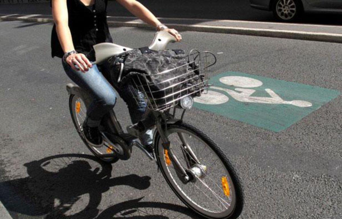 Une femme roule en Vélib', à Paris, le 20 juillet 2009. – ALFRED/SIPA