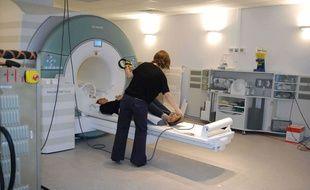 Illustration d'une patiente en train de passer une IRM.