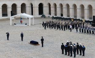 Edouard Philippe a rendu un dernier hommage à Serge Dassault dans la cour des Invalides.