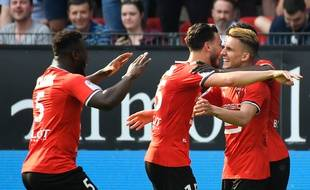 Adrien Hunou, ici félicité par Ramy Bensebaini et Joris Gnagnon, après son but qui offre la victoire au Stade Rennais face au RC Strasbourg, le 6 mai 2018.