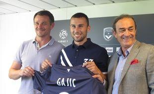 Milan Gajic entouré de Willy Sagnol et Jean-Louis Triaud lors de sa présentation officielle aux Girondins, le 23 juillet 2015.