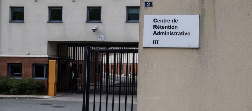 Plusieurs cas de Covid-19 ont été recensés au centre de rétention administrative du Mesnil-Amelot, en Seine-et-Marne.