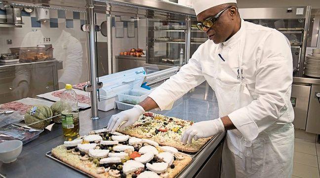 Il travaille au ritz paris malgr sa malvoyance - Emploi commis de cuisine ...