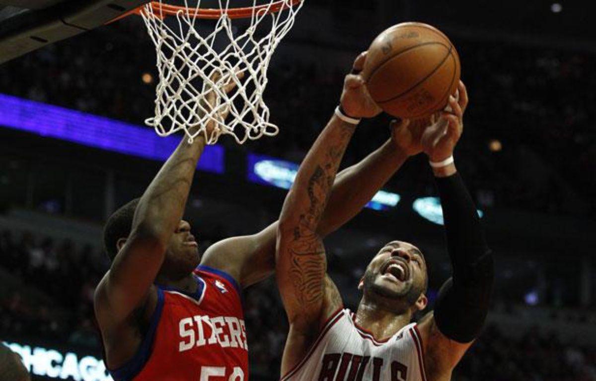 Carlos Boozer (à droite), le joueur des Chicago Bulls, le 9 mai 2012, contre Philadelphie. – REUTERS/Jim Young