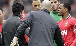 Luis Suarez (de dos), refuse de serrer la main de Patrice Evra, le 11 février 2012, à Old Trafford.