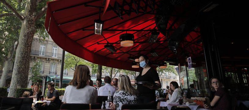 Sur la terrasse d'un bar à Paris (Illustration)