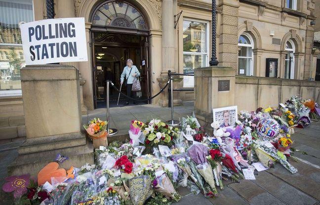 Des fleurs déposées devant le bureau de vote situé dans la mairie de Betley, dans le comté du Yorshire de l'Ouest, le 23 juin 2016, en hommage à Jo Cox, la députée travailliste assassinée le 16 juin.