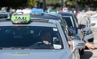 Les chauffeurs de taxis ont perturbe la circulation a Nantes pour protester contre la mise en service de l application UberPop a Nantes. Les chauffeurs de taxis ont demande a la prefecture un arrete interdisant l application en Loire Atlantique. Nantes le 08 06 2015./SALOM-GOMIS_1941.12/Credit:SEBASTIEN SALOM-GOMIS/SIPA/1506081956