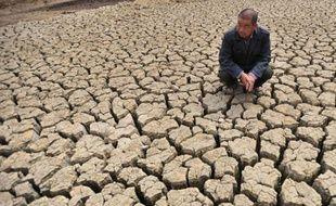 Un paysan dans un étang asseché, à Huangpi, dans la province centrale de Hubei, en Chine, le 26 mai 2011. Une terrible sécheresse frappe la Chine.