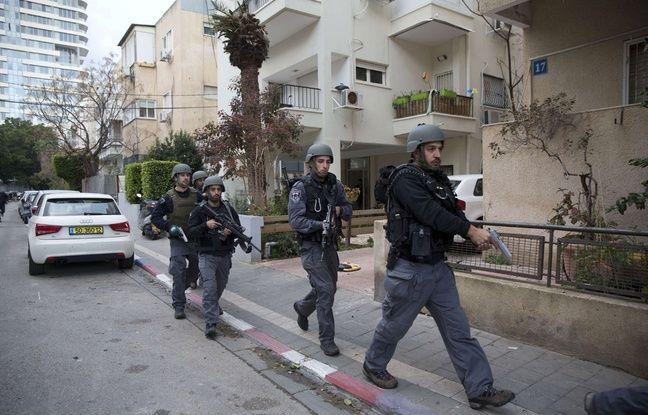 Des policiers israëliens recherchent le tireur qui a tué deux personnes vendredi dans un bar de Tel-Aviv, le 2 janvier 2016.