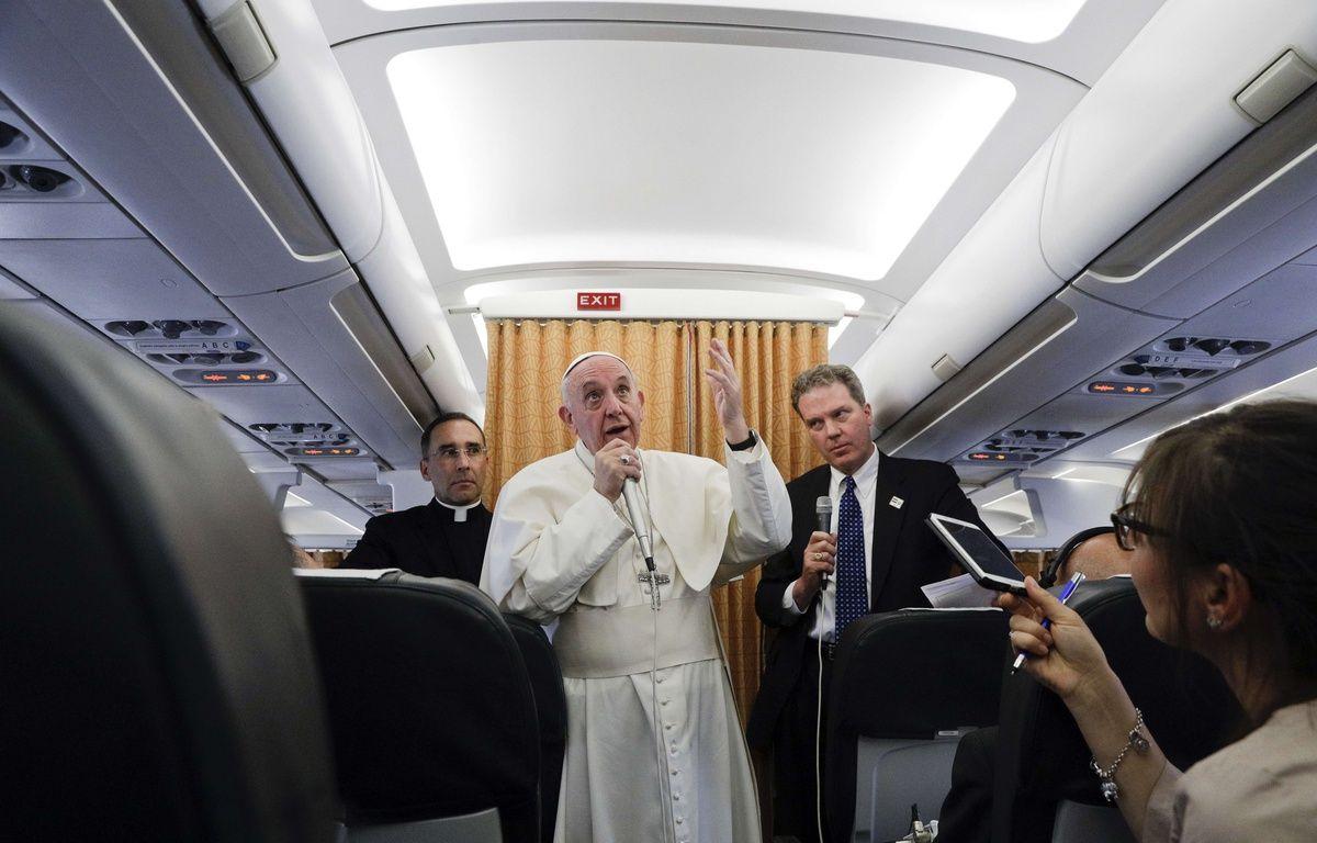 Le pape François dans l'avion qui le ramène d'Egypte, le 29 avril 2017. – Gregorio Borgia/AP/SIPA