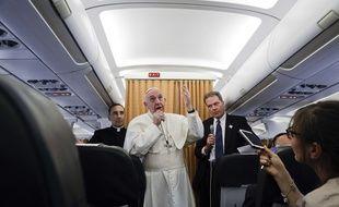 Le pape François dans l'avion qui le ramène d'Egypte, le 29 avril 2017.