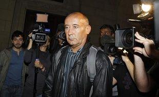 Loïc Sécher, condamné en appel à 16 ans de réclusion en 2004 pour viols sur mineure, arrive à la cour d'assises de Paris pour la révision de son procès, le 20 juin 2011.