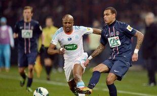 Marseille, 3e, est décroché, et un duel pour le titre est lancé entre le leader, le Paris Saint-Germain, et son dauphin, Lyon, trois points derrière, qui vont s'affronter à distance lors de la 27e journée de la Ligue 1, avant une confrontation directe à Gerland le week-end du 11 mai.