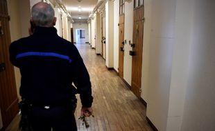 Un surveillant pénitentiaire dans les couloirs de la prison de Rennes.