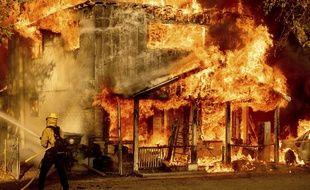 Un pompier tente d'éteindre un incendie en Californie, le 10 juillet 2021.