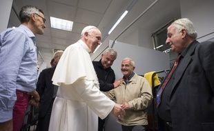 Le Pape François a rendu visite à des SDF dans un centre du Vatican jeudi 15 octobre 2015.
