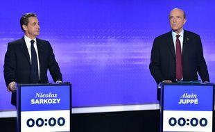 Nicolas Sarkozy et Alain Juppé lors du troisième débat de la primaire à droite, le 17 novembre 2016