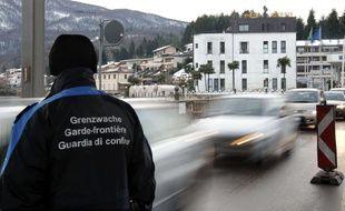 Un garde-frontière suisse vu de dos lors d'un contrôle à n poste frontière. (image d'illustration)