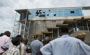 Des locaux devant le cyber-café cible d'une attaque à la grenade à Bujumbura le 14 novembre 2015