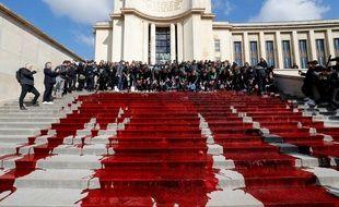 Le trocadéro couvert de sang.