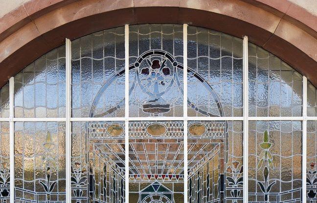 La rénovation des vitraux est achevée aux Bains municipaux de Strasbourg.