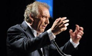 """Le président du MoDem, François Bayrou, a estimé jeudi que la crise traversée par l'UMP était un symptôme de """"la décomposition de la vie politique en France"""" qui rappelle """"la fin de la IVe République"""", avec des partis à l'image détériorée qui n'ont pas de """"ligne politique claire""""."""