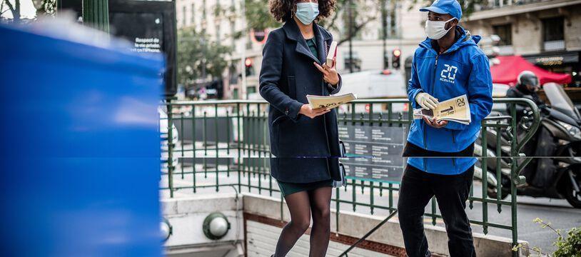 Distribution du journal 20 Minutes le 12 Octobre 2020, Paris.