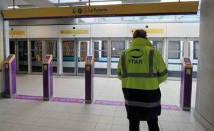 Un agent du Star bloque l'accès à la station Villejean, déserte, pendant l'arrêt du métro à Rennes, le 29 mars 2016.