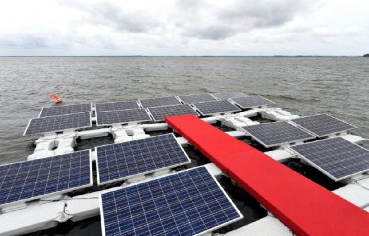 Il existe déjà dans le monde des installations de panneaux solaires flottants dans des réservoirs d'eau ordinaires, pour l'agriculture par exemple, maisc'est la première fois que ces panneaux sont installées dans le lac d'un barrage – EVARISTO SA AFP
