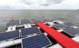 Il existe déjà dans le monde des installations de panneaux solaires flottants dans des réservoirs d'eau ordinaires, pour l'agriculture par exemple, maisc'est la première fois que ces panneaux sont installées dans le lac d'un barrage