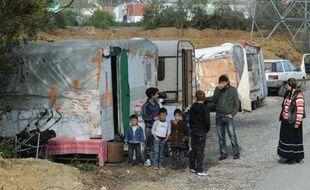 Les membres de deux familles de Roms dont les caravanes ont été évacuées d'un champ qu'ils occupaient, près de Nantes, le 25 mars 2011.