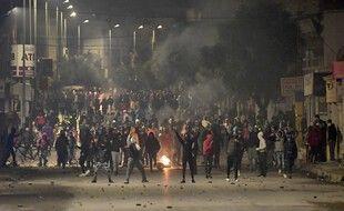 Des heurts ont éclaté entre des jeunes et des forces de l'ordre à Ettadhamen près de Tunis, le 18 janvier 2021.