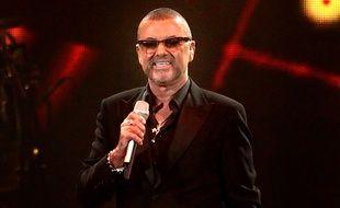 Le chanteur George Michael sur scène.