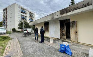 La façade du poste de police municipale installé dans le quartier de la Frayère, à Cannes, a été incendiée