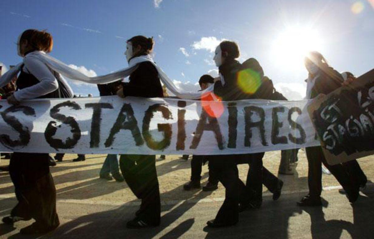 """Des stagiaires en entreprises manifestent, le 01  novembre 2005 à Paris, pour alerter l'opinion publique sur les abus dont  ils s'estiment victimes de la part de certaines entreprises et réclamer  une réforme de leur statut. Le Mouvement Génération précaire lance, ce  jour, une série d'actions tout au long du mois de novembre (tracts,  flash-mobs) qui se concluront, le jeudi 24, par """"une grève générale des  stagiaires au niveau national"""", a indiqué le mouvement dans un  communiqué.  – AFP PHOTO JOEL SAGET"""