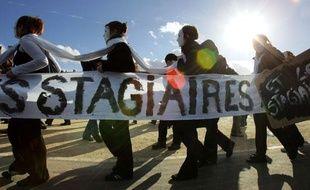 """Des stagiaires en entreprises manifestent, le 01  novembre 2005 à Paris, pour alerter l'opinion publique sur les abus dont  ils s'estiment victimes de la part de certaines entreprises et réclamer  une réforme de leur statut. Le Mouvement Génération précaire lance, ce  jour, une série d'actions tout au long du mois de novembre (tracts,  flash-mobs) qui se concluront, le jeudi 24, par """"une grève générale des  stagiaires au niveau national"""", a indiqué le mouvement dans un  communiqué."""