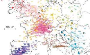 La carte d'Europe a été surimposée.  Chaque paire de lettre colorée représente un des 1387 profils génétiques individuels; la couleur représente la nationalité de l'individu