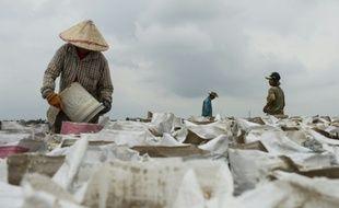 Un site d'extraction et de conditionnement de sable au bord de la rivière Mékong à Ventiane au Laos, le 31 mai 2016
