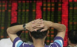 Un investisseur devant le tableau des changes le 1er septembre 2015 à Shangai