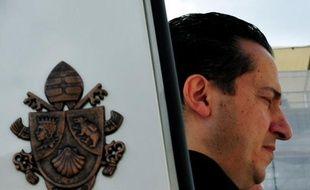 """Le majordome du pape arrêté le mois dernier dans le scandale Vatileaks des fuites de documents secrets, risque jusqu'à 6 ans de prison mais peut aussi être gracié """"à tout moment"""" par Benoît XVI, a indiqué mardi à la presse un juge du Vatican."""