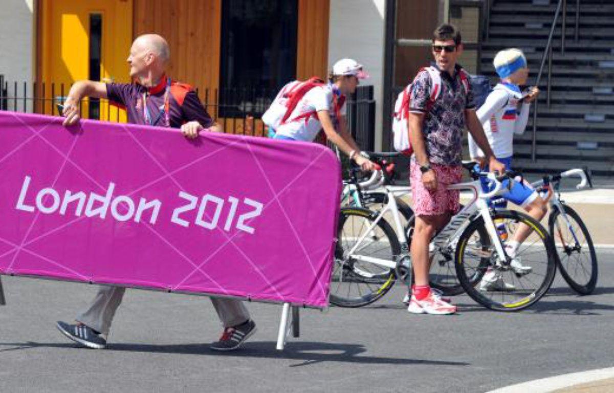 Des athlètes à vélo dans le village olympique de Londres, le 26 juillet 2012. – J.Stillwell/REUTERS