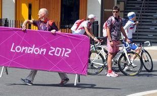 Des athlètes à vélo dans le village olympique de Londres, le 26 juillet 2012.