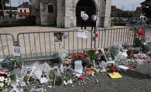 Les habitants de Saint-Étienne-du-Rouvray ont déposé des fleurs et des bougies devant l'église où le père Jacques Hamel a trouvé la mort.
