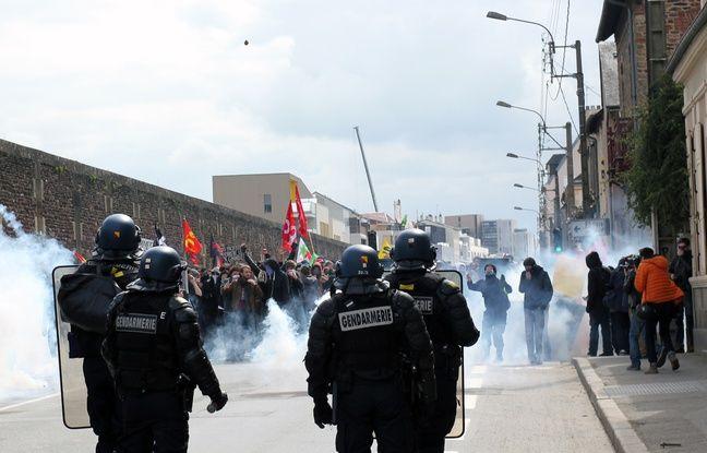 Les manifestants sont dispersés à coups de gaz lacrymogènes. Ici à Rennes, le 5 avril 2016.
