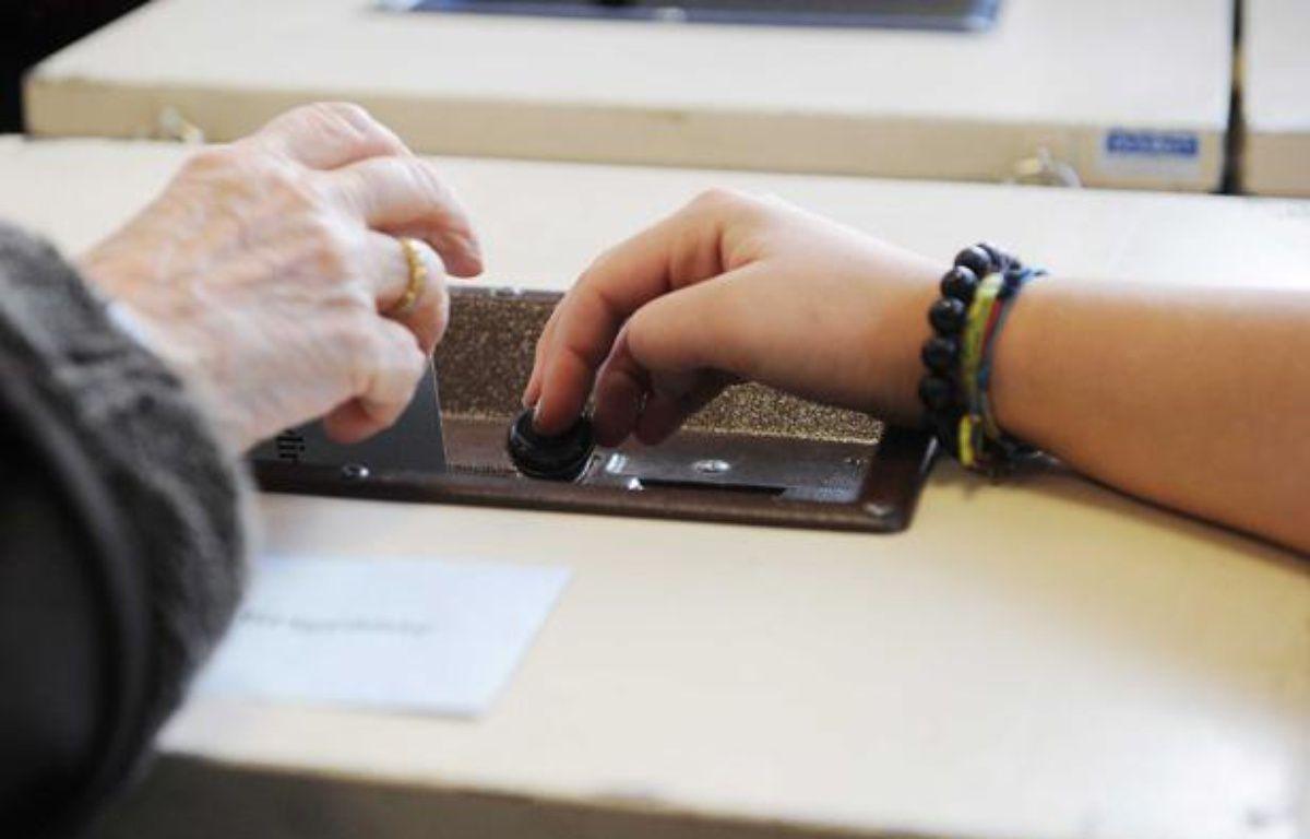 Illustration d'une électrice déposant son bulletin dans une urne. – POL EMILE/SIPA