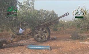Capture d'écran d'une vidéo diffusée par le Shaam News Network, montrant un le.FH.18 («leichte Feldhaubitze 18»), un obusier léger de calibre 105 mm entré en service dans les forces allemandes en 1935, utilisé par des combattants du Front islamique dans le conflit syrien.