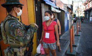 Un point de contrôle à l'entrée de la zone confinée en banlieue de Manille, le 16 juillet 2020.