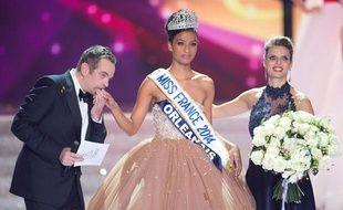 Garou, président du jury, et Sylvie Tellier entourent Miss Orléanais élue Miss France 2014 le 7 décembre 2013