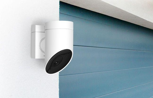 La Outdoor Camera de Somfy prévient les intrus qu'ils sont repérés avant toute tentative d'effraction.